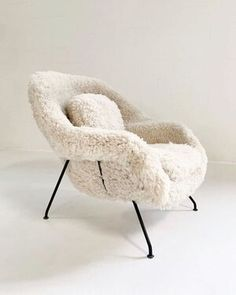 Superior Eero Saarinen Womb Chair in California Sheepskin Types Of Furniture, Furniture Styles, Furniture Ideas, Barbie Furniture, Garden Furniture, Plywood Furniture, Diy Furniture Renovation, Plywood Table, Diy Furniture Cheap