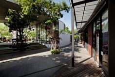 Kurve 7 is a community mall located within a dense residential district in the Eastern part of Bangkok, Krungthep Kreetha Park Pavilion, Shopping Street, Shopping Malls, Exposed Concrete, Concrete Texture, Elderly Home, Main Entrance, Home Jobs, Shop Interiors