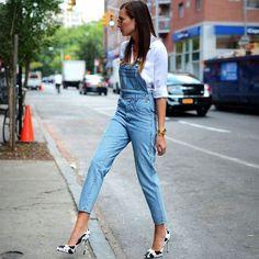 Look nada casual com jardineira jeans e scarpin