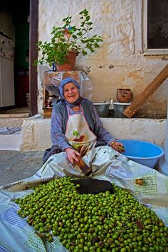 Olives - Yesilyurt, Canakkale, Ida Mountains, in the Northern Aegean region of Turkey Cultures Du Monde, World Cultures, Working People, Working Woman, People Around The World, Around The Worlds, Turkey Culture, Turkish People, Photo D Art