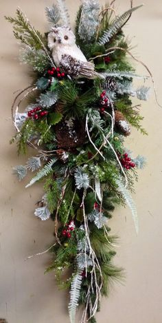 Owl christmas teardrop swag floral arrangement idea MoreRisultati immagini per woodsy owl wreathChristmas Wreaths Real Christmas Wreaths Blue And SilverBeautiful ~~ love this sweet owl wreath/wall decor Would be great for the side door. Christmas Swags, Christmas Flowers, Rustic Christmas, Christmas Holidays, Christmas Ornaments, Christmas Door, Nordic Christmas, Christmas Floral Arrangements, Christmas Centerpieces