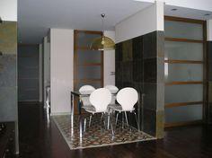 Salón con zona polivalente.Pavimento de mosaico hidráulico. Puertas correderas en haya y cristal. Diseño de interiores de AZ Diseño.