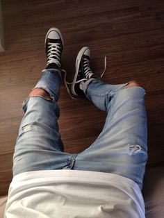 ripped jeans makes a change in your outfit Style Converse, Outfits With Converse, Converse Men, Vans Outfit Men, Converse All Star White, Converse Classic, Converse Sneaker, All Star Shoes, Black Converse