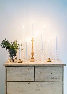 Makuuhuoneen lipasto on Jaakon tekemä yläasteen puukäsityötunneilla. Senja kerää Iittalan Festivo-kynttilänjalkoja. Koti, Nordic Interior, Natural Materials, Scandinavian, Candles, Lights, Living Room, Lifestyle, Simple