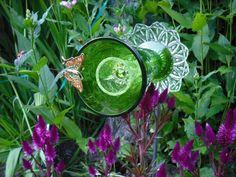 décoration jardin en objets de récupération: verres et bijoux