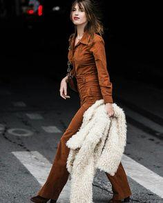 Jeanne Damas trouxe aquele charme parisiense para as ruas de New York. Com um clássico macacão de camurça na cor conhaque e um casaco de lã creme a it girl mostra que a simplicidade pode fazer toda a diferença em uma semana de moda.