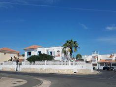 Surfen auf Fuerteventura - Happiness included. Mein Erfahrungsbericht von zwei Wochen Surfcamp im Surf Institute Fuerteventura. Mansions, House Styles, Home Decor, Surfing, Decoration Home, Manor Houses, Room Decor, Villas, Mansion