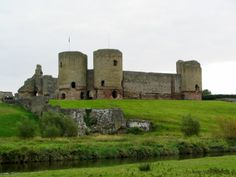 Rhuddlan Castle, Wales ... heavy sigh  http://www.walesdirectory.co.uk/images-attractions/Rhuddlan_Castle.jpg