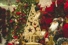 Besoin d'inspiration pour vos décorations de Noël? Regardez nos capsules vidéo «LES CONSEILS DE MANON». Tous les articles présentés sont disponibles en magasin. Vous n'avez qu'à suivre la recette présentée par Manon. À vous de jouer! Christmas Decorations, Christmas Tree, Christmas Ornaments, Holiday Decor, Manon, Gingerbread, Jouer, Articles, Inspiration
