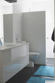kylpyhuone,remontti,kylpyhuoneen laatat,valkoinen seinä,valkoiset kalusteet
