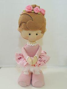 Boneca confeccionada em feltro, tecido, tule, fitas de cetim e sianinha com 34 cm de altura. A boneca é uma ótima opção de decoração para o quarto de meninas e fica em pé sozinha.
