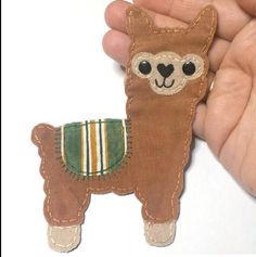 Alpaca apliques parches de Alpaca tela Alpaca Llama Alpaca Alpacas, Sewing Projects For Kids, Sewing Crafts, Christmas Ideas, Felt Crafts Patterns, Bible School Crafts, Llama Alpaca, Felt Dolls, Buntings
