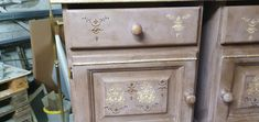 Annie Sloan Emilia and woodubend. 3D with Poshcalk application Small Cabinet, Annie Sloan, 3 D, Decorative Boxes, Lifestyle, Antiques, Creative, Home Decor, Repurpose
