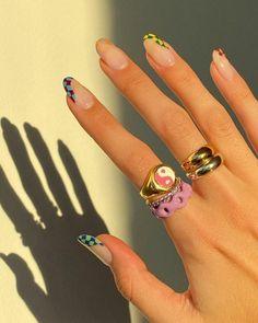 manicure a mandorla con accent nail unghie rosa pastello donna con anelli Dream Nails, Love Nails, Tie Dye Nails, Confetti Nails, Watermelon Nails, Nail Tattoo, Damier, Dipped Nails, Heart Nails