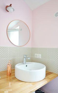 Ambiance Delicate Et Feminine Dans La Petite Salle De Bains Cet Appartement Chic