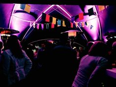 Ibiza feestje, uitgelichte tent, veel kleuren vlaggetjes - Moed Events