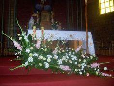 kompozycje na ołtarz - mieczyki, róże, eustoma, margaretki