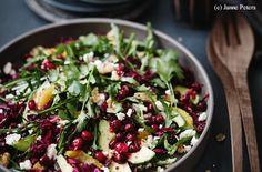 Rotkraut-Cranberry-Salat mit Feta, Orangen, Avocado und Nüssen