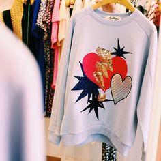 """LOVE shines on your Heart ✨ 화이트, 라벤더 컬러의 스팽글 스웻셔츠가 매장에 입고되었습니다.  _ #앳코너 #atcorner #스웻셔츠 #러브 #맨투맨 #가을신상 #15fw #스팽글티 #sweatshirt #newcollection #shine…"""