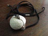 Cordão em couro com pingente em prata e coral com acabamentos também em prata #cariocasdajoia #prata #silver #cordão #joia #artesanato #feitopormim #manufaturado #jaccarraro