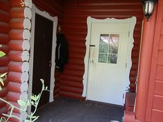 Mökin ulko-ovi ja saunan ulko-ovi, päätin tehdä kylmästä tilasta eteisen