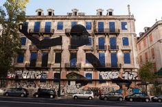 """La ruta del Street Art de Lisboa: las paredes hablan   via Condé Nast Travel España   17/12/2015 """"En la ciudad de las Siete Colinas los muros nos cuentan historias, nos conmueven, incluso nos provocan. Sí, en Lisboa las paredes hablan. La capital portuguesa posee una de las escenas más vibrantes de Street Art del mundo, con artistas locales e internacionales de primer orden atraídos por una ciudad puesta al servicio de la creatividad urbana en cualquiera de sus expresiones... #Portugal"""