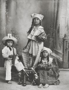 Romualdo García aprox. en 1900. Vestidos de fiesta para su fotografía de estudio en Guanajuato, México, los niños podrían ser de las etnias Chichimeca, Otomí, Mazahua o Purépecha, hoy en día 0.2% de la población del estado