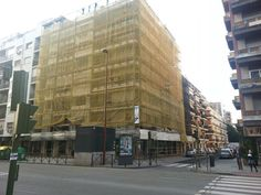 #andamios en la Avenida Eduardo Dato,Sevilla. Vista completa del edificio
