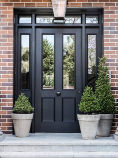 front door ideas for serious kerb appeal The panelled doorway exudes a classic sense of style, with surprises within.The panelled doorway exudes a classic sense of style, with surprises within. Front Door Porch, Front Porch Design, Front Door Entrance, Exterior Front Doors, House Entrance, Porch Doors, Front Door Planters, Front Entry, Plants For Front Door