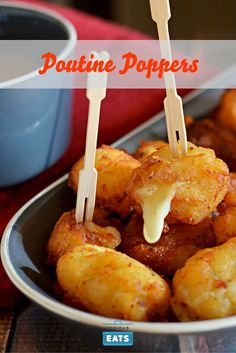 Poppers (Cheese-Stuffed Potato Bites With Brown Gravy) Poutine just got pop-able.Poutine just got pop-able. Brown Gravy Recipe, Poutine Recipe, Potato Bites, Canadian Food, Canadian Recipes, Yummy Food, Tasty, Appetisers, Love Food