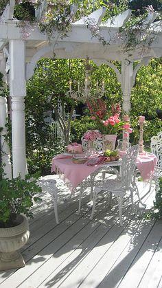 Gorgeous! Tea Party in the garden