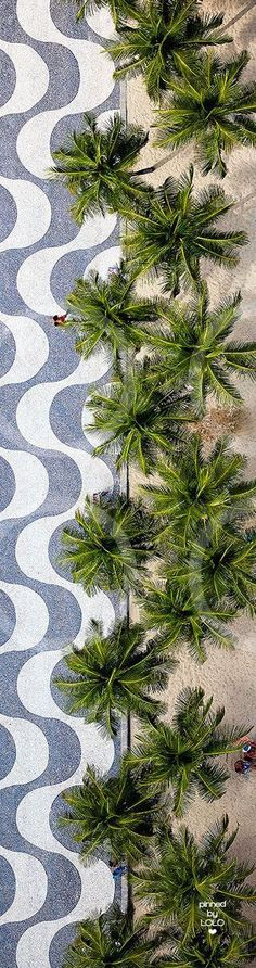 Copacabana Beach ~ Rio de Janeiro, Brazil Estas faixas representando ondas do mar na praia de copacaba é de muita criatividade e realça com o gosto popular! Copacabana Beach, Places To Travel, Travel Destinations, Places To Go, Places Around The World, Around The Worlds, Brazil Travel, Photos Voyages, South America Travel