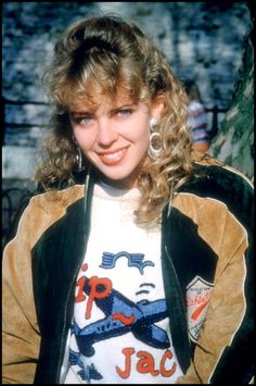 Kylie Minogue 80's Kylie Minogue, Famous Singers, Pop Singers, Kendrick Lamar, Loose Wavy Curls, Melbourne, Beautiful Christina, Belle Hairstyle, Heather Locklear