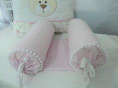 Rolinho segura bebê rosa com pompons brancos. <br> <br>Tecidos 100% algodão