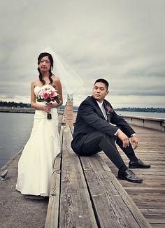 posing the shorter groom + taller bride