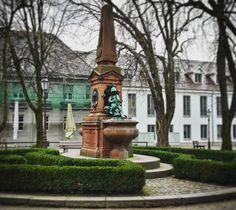 Der Hengstbrunnen in Durlach: er wurde 1896 zu Ehren von Christian Hengst gebaut. Dieser gründete 1846 die Prompier Corps Durlach eine der ersten freiwilligen Feuerwehren!  #visitbawu #visitkarlsruhe #karlsruhe #bwjetzt #placetobw #brunnen #grün #history #architecture #building #travel #trees #winter #spring #instalike #picture #fountain #wednesday #bergfest