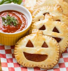 100 Halloween Appetizer Rezepte, die gruselig sind, aber lecker schmecken Try one of these spooktacular halloween party appetizers! From pumpkin cheese balls to creepy skeleton platters, there are plenty of fun halloween foods. Recetas Halloween, Creepy Halloween Food, Halloween Party Appetizers, Hallowen Food, Appetizers For Kids, Snacks Für Party, Halloween Food For Party, Halloween Treats, Appetizer Recipes