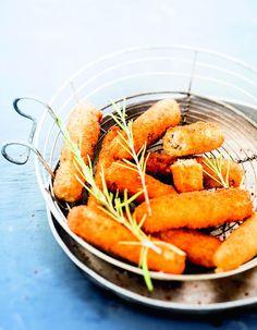 Recette Fingers de chèvre au romarin : Lavez et hachez les brins de romarin. Lavez les citrons et râpez finement les zestes. Concassez le poivre 5 baies. Racl...