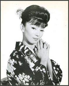 Yoko TANI '50-60 (2 Août 1928 - 19 Avril 1999)was a French-born Japanese actress and nightclub entertainer.Early in 1957 she appeared in a small role in her first English-language film: the MGM production of Graham Greene's The Quiet American, a political drama set in French Indochina. Despite being an American production, the film was shot entirely in Rome (with location scenes of Saigon added), with Tani cast as a francophone Vietnamese nightclub hostess.