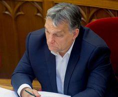 """A 444.hu augusztus 23-án, délután 1 óra 7 perckor fordult kérdéssel Havasi Bertalanhoz, a miniszterelnök sajtófőnökéhez, hogy mi a helyzet Orbán Viktor munkába állásával. A kormányfő hivatalosan augusztus 1-től 20-ig volt szabadságon, de mégis eltűnt, mint az arany karkötő. SAJNOS NINCS OLYAN SZERENCSÉNK, HOGY VÉGLEG ELTŰNJÖN, HISZ """"LOPOTT PÉNZ NEM TŰNIK EL CSAK GAZDÁT CSERÉL""""!"""