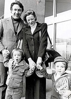Toby with father Robert Stephens, mother Maggie Smith and brother Chris in 1972