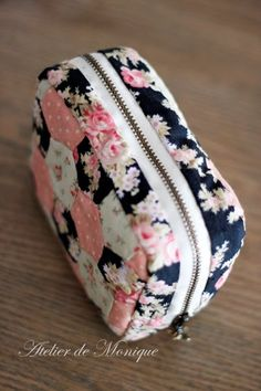 Pouch Tutorial Sewing Projects Sewing Crafts Diy Bags No Sew Cute Pencil Case Diy Back To School Cute School Supplies Quilted Bag Fabric Bags Pochette Diy, Sewing Crafts, Sewing Projects, Cute Pencil Case, School Accessories, Crochet Diy, Creation Couture, Pen Case, Pouch Bag