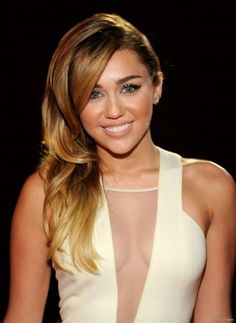 Miley cyrus hair, if you like her you will like her hairstyles too. Many pictures of Miley Cyrus hairstyles and many more celebrity hairstyles in our site Side Swept Hairstyles, Cute Hairstyles, Nicki Minaj, Britney Spears, Dark Roots Light Ends, Kim Kardashian, Miley Cyrus Pictures, Lange Blonde, Star Wars