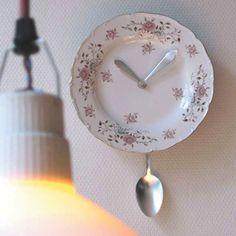 Koop eens een mooi bord op www.bordenmeer.nl en maak er een mooie klok van.
