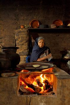THIS IS THE MEXICAN WAY TO MAKE TORTILLAS. y TODAVIA SE SIGUEN COCINANDO ASI EN MUCHAS PARTES DE LA PROVINCIA DE .MEXICO