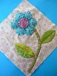 Blue Mountain Daisy: YoYo Sampler Blocks Do this with hexagons! Quilt Block Patterns, Applique Patterns, Applique Quilts, Quilt Blocks, Quilting Projects, Quilting Designs, Sewing Projects, Crazy Quilting, Flower Quilts