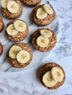 Den bedste morgenmad er i min optik sund, nem og lækker! De her muffins er lavet på bagt havregrød og banan. De mætter godt, de er super nemme at lave og lige til at have med på farten. Og så smager de bare skønt! What's not to like?De sunde morgenmadsmuffins er lavet på banan, havregryn Nutritious Snacks, Healthy Snacks, Healthy Recipes, Cheap Clean Eating, Clean Eating Snacks, Eating Raw, Tapas, Gourmet Recipes, Snack Recipes