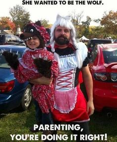 Hahaha! The best dad and daughter costume!