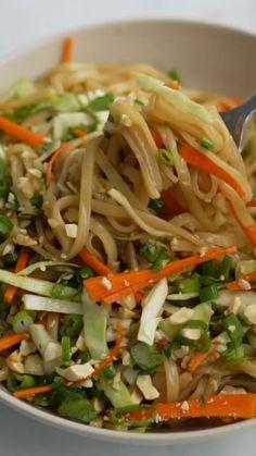 Rice Noodle Salads, Stir Fry With Rice Noodles, Recipes With Rice Noodles, Chinese Rice Noodles, Chinese Noodle Dishes, Thai Peanut Noodles, Yummy Noodles, Thai Noodle Salad, Veggie Noodles