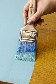 Annie Sloan's Flat Brushes feature advanced synthetic fibres, in a vibrant blue, which help to produce a smooth, contemporary finish. The Brushes are designed to take a large amount of paint and to apply the paint evenly, minimising brush marks.